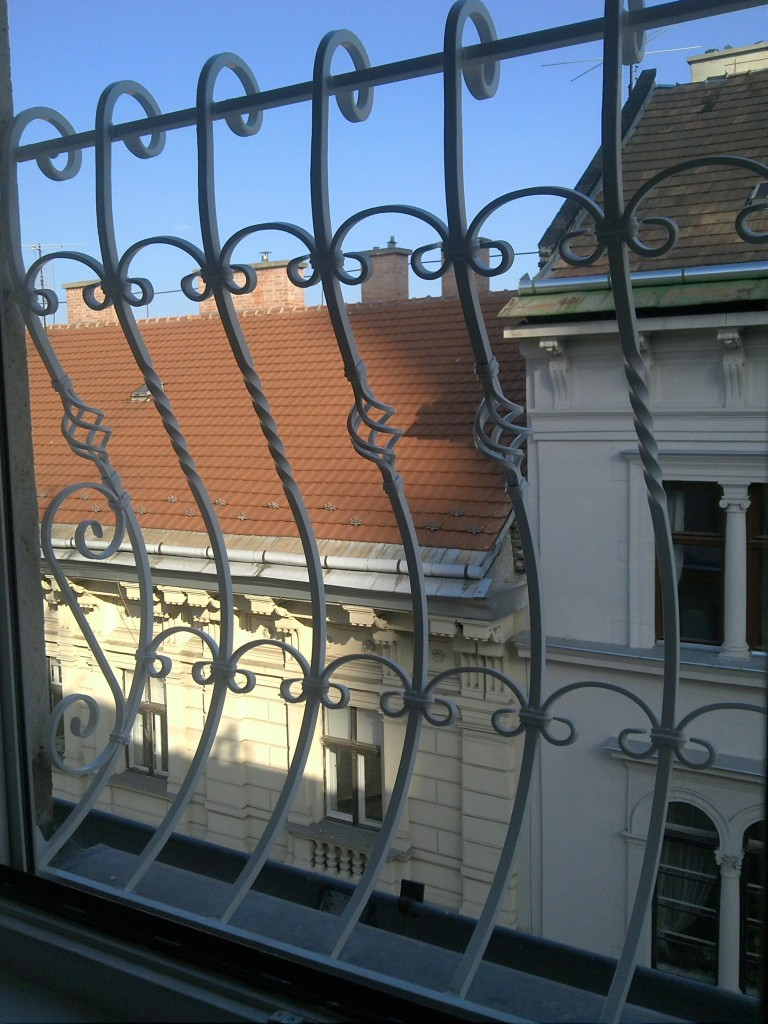 kovácsoltvas jellegű ablakrács